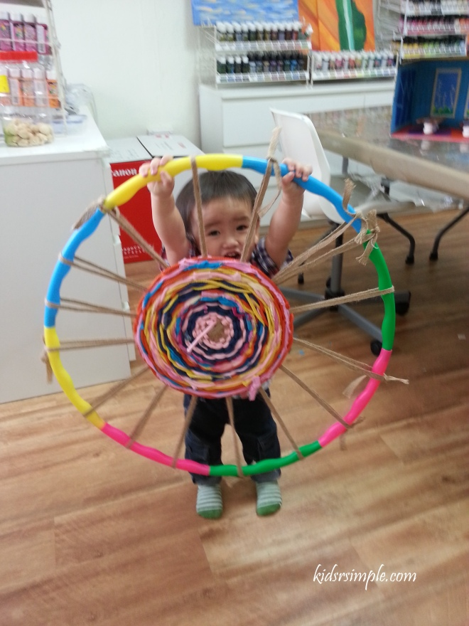 This is a hoola hoop weaving art piece. Creative and beautiful isn't it?
